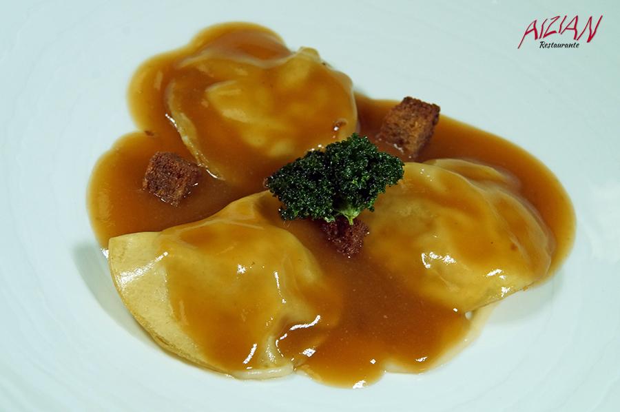 Raviolis de Lumagorri , berza y caldo de cocido concentrado Aizian