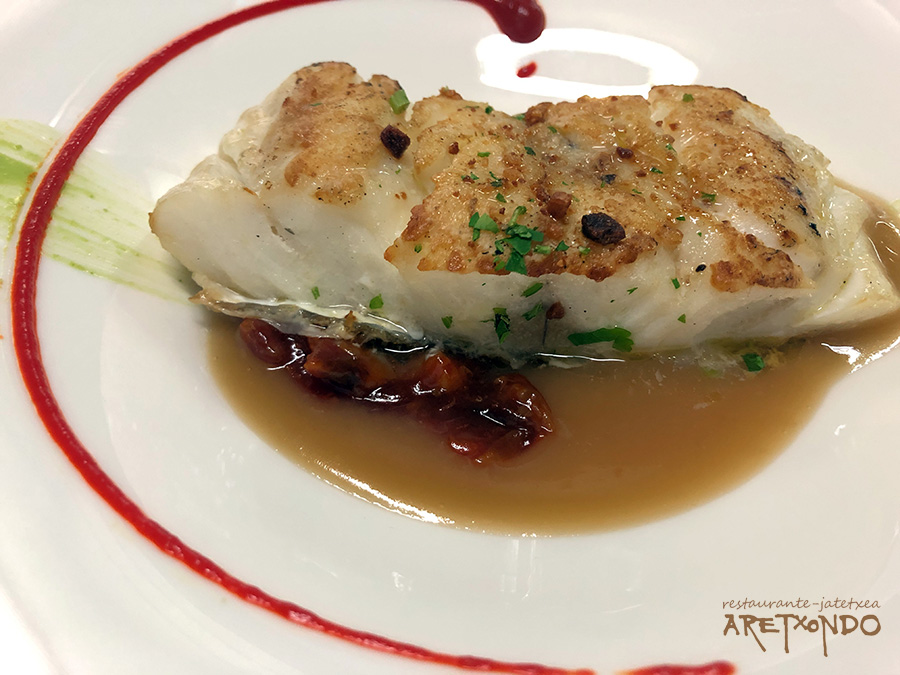 Bacalao fresco (Skrei) a la plancha sobre jugo de garbanzos y vizcaina restaurante Aretxondo Galdakao menu