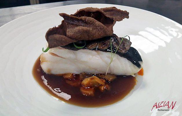 Receta: Taco de bacalao Skrei sobre callos encebollados, jugo de manzana y cebolla morada de Zalla y sabayón de ajo negro