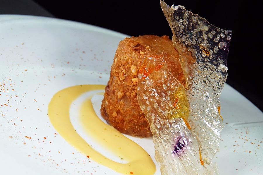 Rulo de cordero a baja temperatura con puré de salsa de puerro y patata cristal