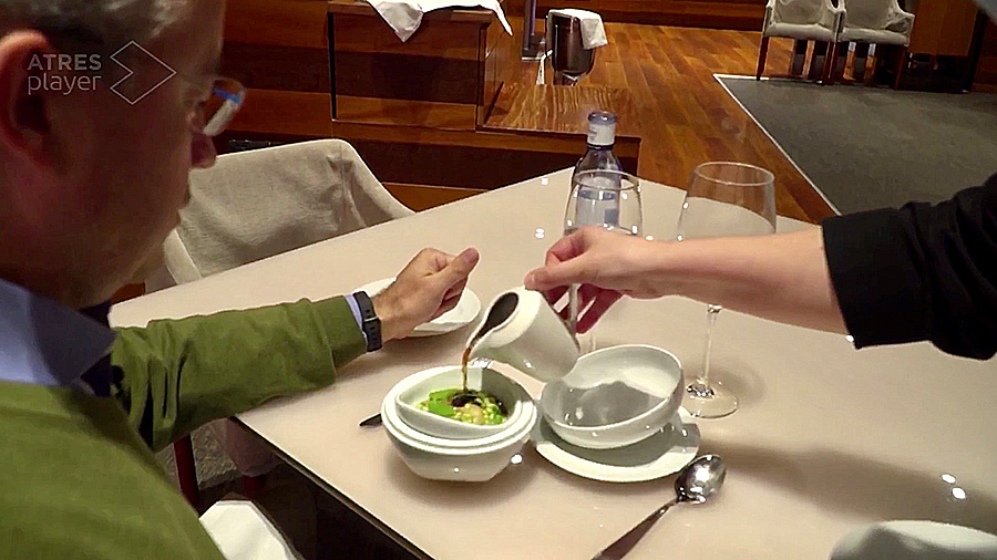 Aizian guisante lagrima plato en mesa