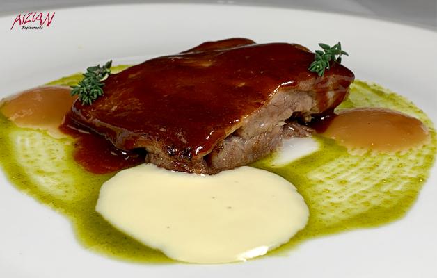 costilla de cerdo asada a baja temperatura, con toques de barbacoa, con espuma de patata y ajos confitados restaurante aizian bilbao
